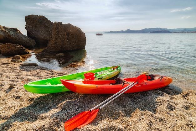 Kajaki na brzegu w lecie