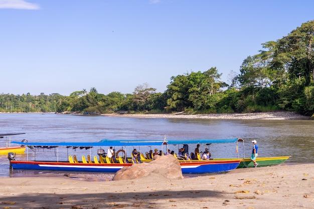 Kajaki na plaży misahualli, prowincja napo, ekwador