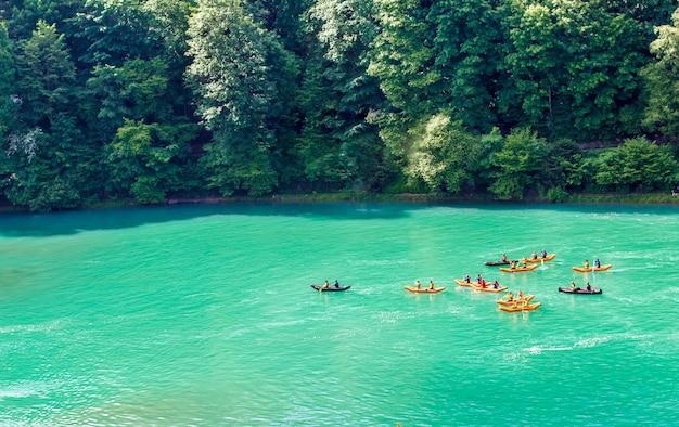 Kajaki na rzece aare. spływ rzeką aare. pływacy w bernie