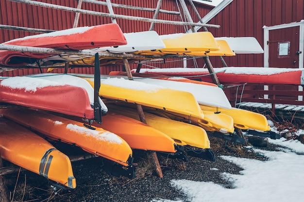 Kajaki w zimie w wiosce rybackiej reine, norwegia