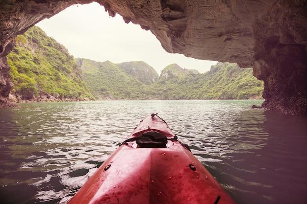 Kajakiem zwiedzanie jaskiń w zatoce ha long w wietnamie