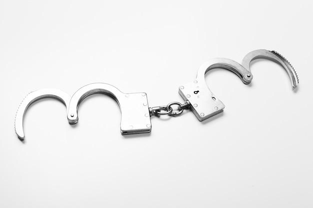 Kajdanki na białym tle
