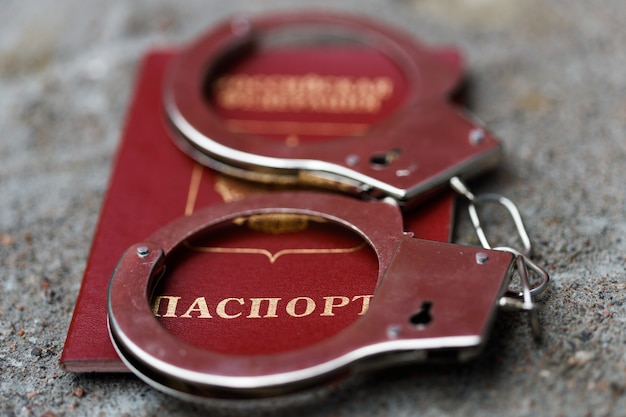 Kajdanki znajdują się w paszporcie federacji rosyjskiej. kara w rosji. zdjęcie wysokiej jakości