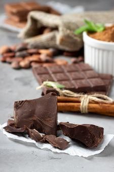 Kakao i czekolada na szarym tle kamienia.