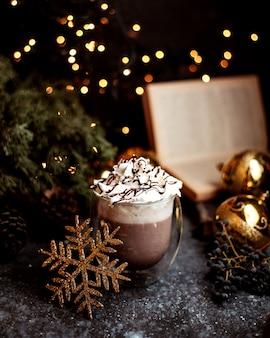 Kakao z bitą śmietaną na wierzchu