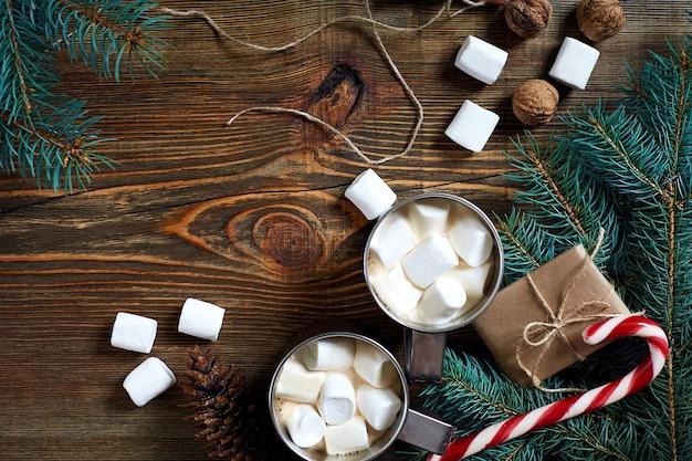 Kakao z pianką czekoladową i gałązkami świerkowymi na drewnianym tle