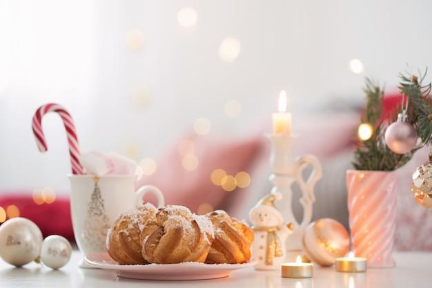 Kakao z pianką i świątecznym wystrojem w kolorze różowo-złotym kol