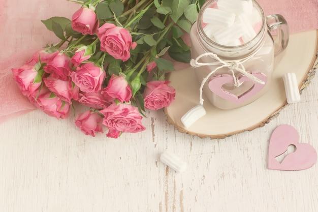 Kakao z piankami i bukietem róż.