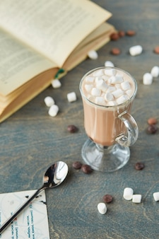 Kakao z piankami na stole
