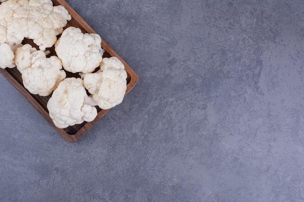 Kalafior biały na białym tle na tle betonu.