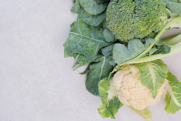 Kalafior i brokuły na białej powierzchni