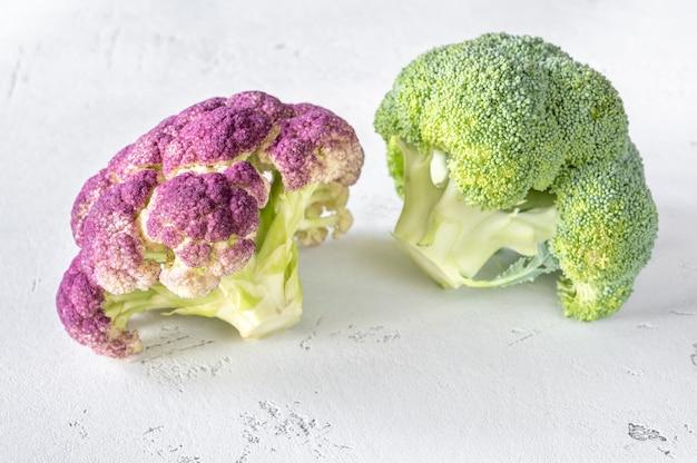 Kalafior i brokuły na białym tle