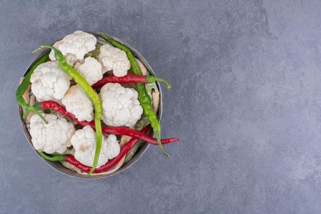 Kalafiory z zieloną i czerwoną papryczką chili