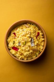 Kalakand o smaku szafranu to indyjskie słodycze wytwarzane z zestalonego, słodzonego mleka i paneer