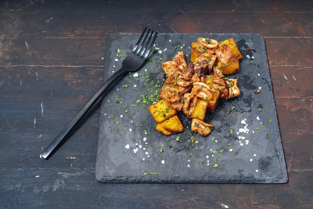 Kałamarnica lub chipsy po hiszpańsku z czosnkiem i ziemniakami typowa przystawka kuchni hiszpańskiej