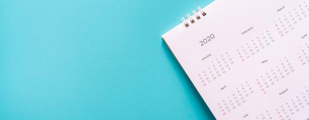 Kalendarz 2020 miesiąc na niebieskim tle dla planowanej pracy i koncepcji życia