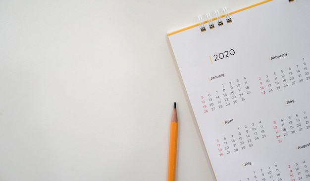 Kalendarz 2020 z żółtym ołówkiem i harmonogramem miesiąca, aby umówić się na spotkanie
