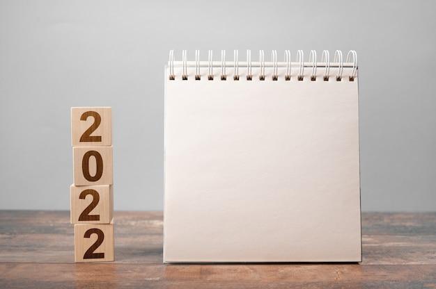 Kalendarz 2022. tekst 2022 na drewnianych kostkach.