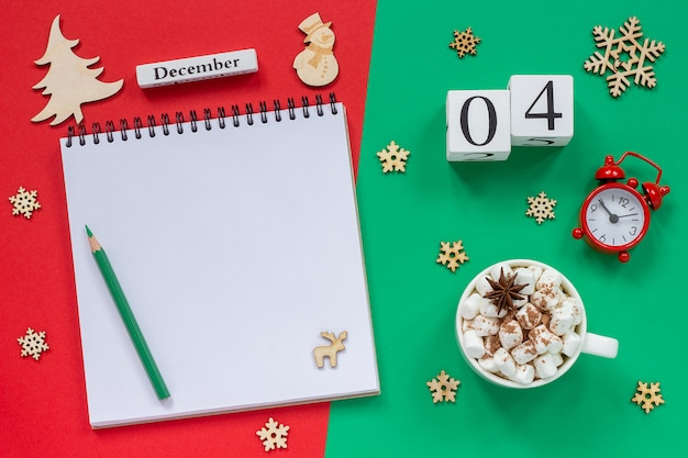 Kalendarz 4 grudnia filiżanka kakao i ptasie mleczko, pusty notatnik otwarty