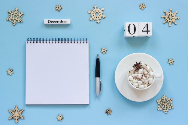 Kalendarz 4 grudnia szklanka kakao i pianki, pusty otwarty notatnik