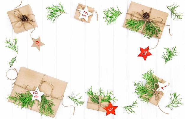 Kalendarz adwentowy. ekologiczne zapakowane prezenty z dekoracją świąteczną