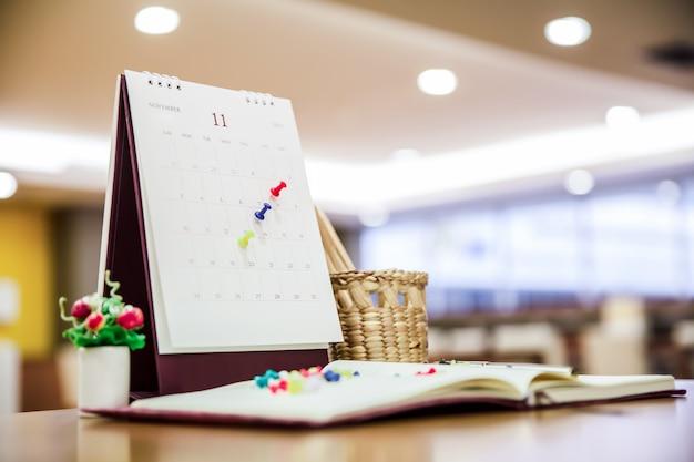 Kalendarz event planner jest zajęty, planuje spotkanie biznesowe lub podróż.