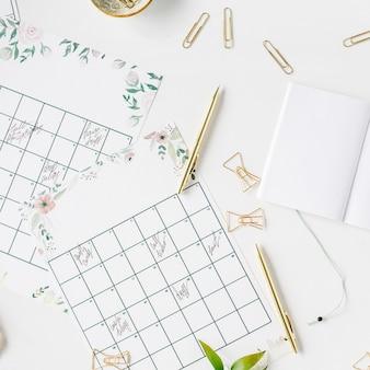Kalendarz harmonogramu planowania ślubu malowany akwarelą, laptopem, notatnikiem i akcesoriami
