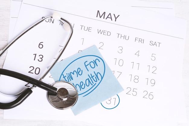Kalendarz i stetoskop.