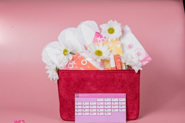 Kalendarz menstruacyjny z bawełnianymi tamponami