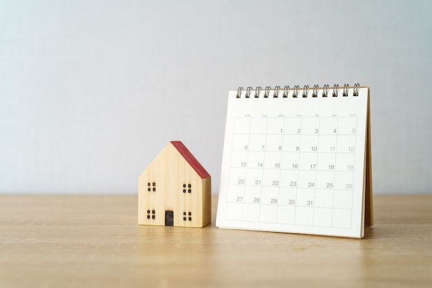 Kalendarz miesiąca z modelem domu wzorcowego.