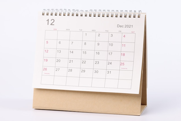 Kalendarz na grudzień jest na zbliżeniu stołu