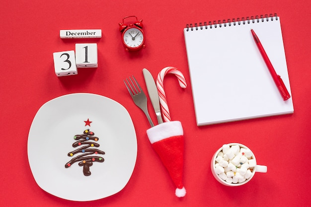 Kalendarz noworoczny 31 grudnia. choinka ze słodkiej czekolady na talerzu,