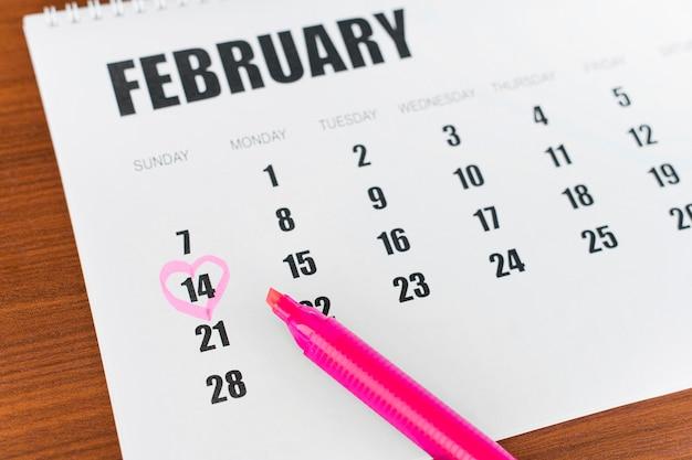 Kalendarz papierniczy z wysokim widokiem na 14 lutego