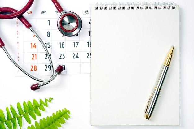 Kalendarz przypomnienia kalendarza medycznego i opieki zdrowotnej lub koncepcja spotkania