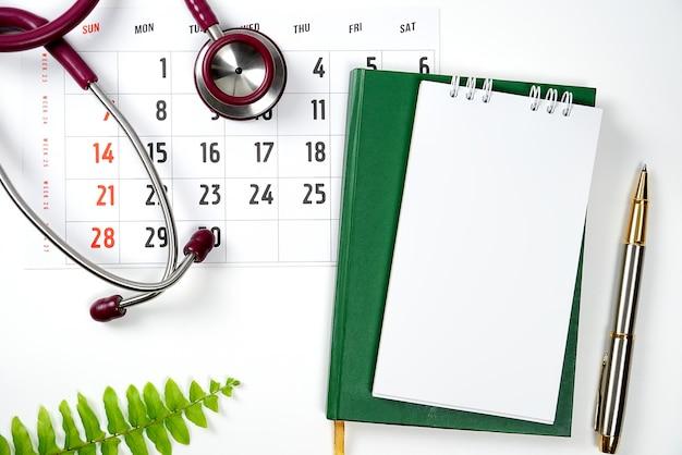 Kalendarz przypomnienia o kalendarzu medycznym i medycznym lub koncepcja wizyty u lekarza stetoskop