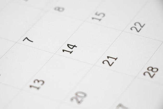 Kalendarz skupia się na numerze 14
