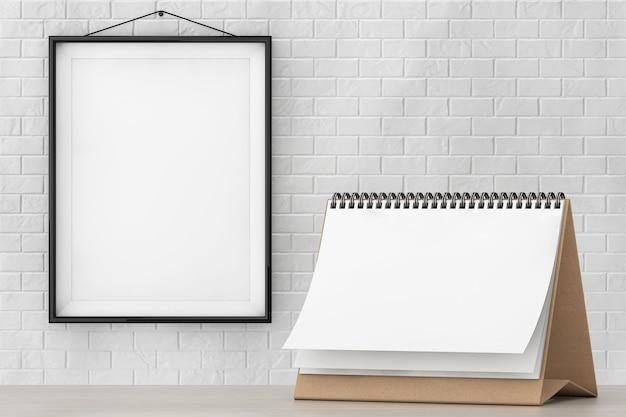 Kalendarz spiralny na biurko z czystego papieru przed ceglaną ścianą z ekstremalnym zbliżeniem pustej ramki