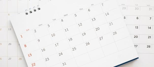 Kalendarz strony bliska na niebieskim tle planowania biznesowego spotkanie koncepcja