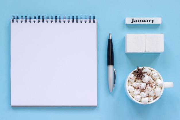 Kalendarz styczeń filiżanki kakao i marshmallow, pusty otwarty notepad egzamin próbny up