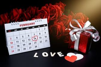 Kalendarz z czerwoną ręką napisany podkreśla serca 14 lutego Saint Walentynki