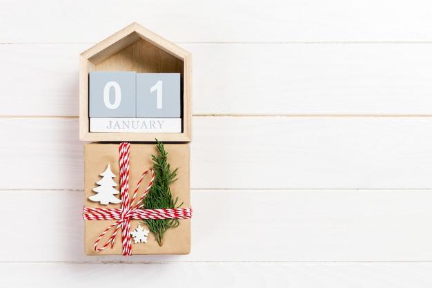 Kalendarz z datą 1 stycznia i pudełkami prezentowymi o