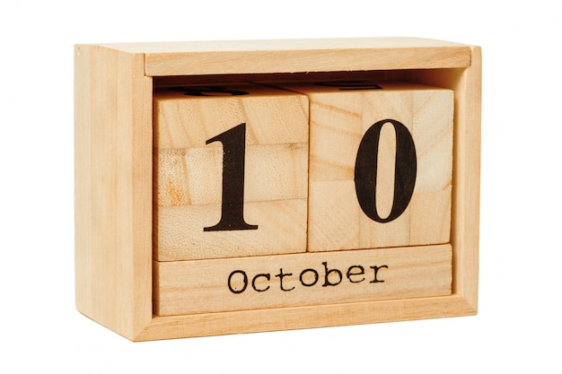 Kalendarz z drewna na białym tle