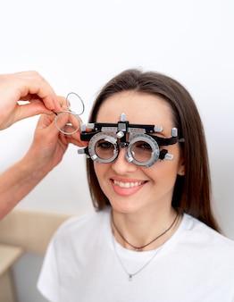 Kalibracja dioptrii okulistycznych w laboratorium okulistycznym. kobieta sprawdzanie wzroku w klinice.