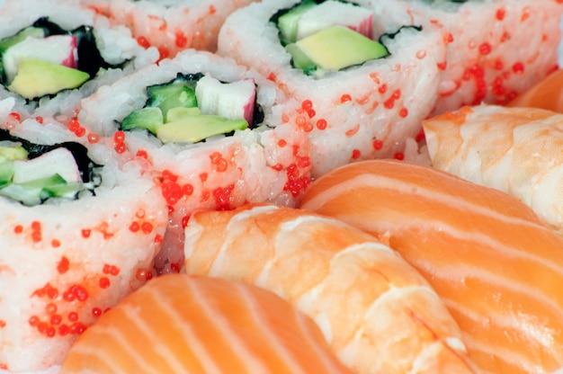 Kalifornii maki i sushi bliska