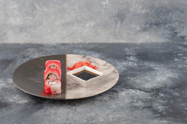 Kalifornijskie Rolki Sushi, Imbir I Sos Sojowy Na Marmurowym Talerzu Darmowe Zdjęcia