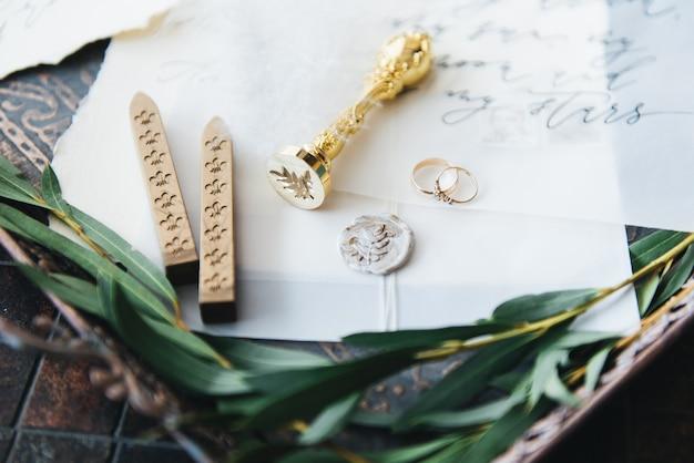 Kaligrafia i wystrój ślubu. inspiracja. zaproszenia ślubne, koperta, karty, druk, lupa. selektywne ustawianie ostrości