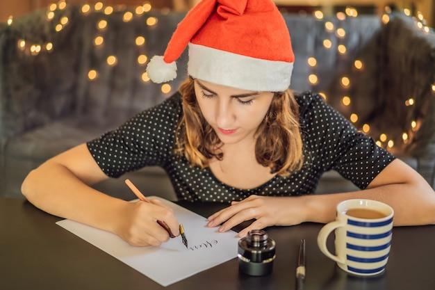 Kaligrafia młoda kobieta pisze frazę na białym papierze