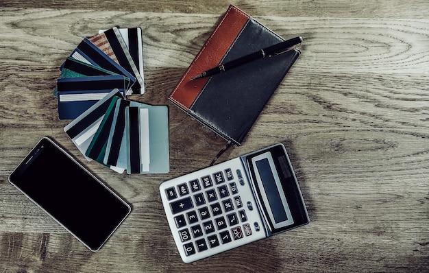 Kalkulator, długopis, notatnik i bank rabatowych kart kredytowych