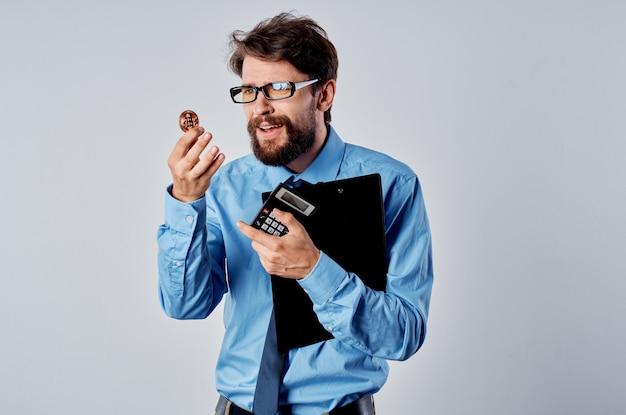 Kalkulator finansisty męskiego menedżera inwestycji w kryptowalutę
