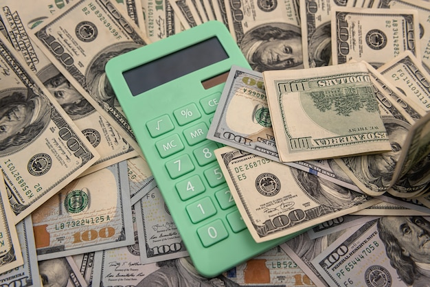 Kalkulator i 100 dolarów, koncepcja oszczędności